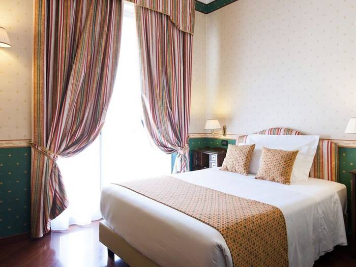Classic queen single room french bed hotel victoria**** turin